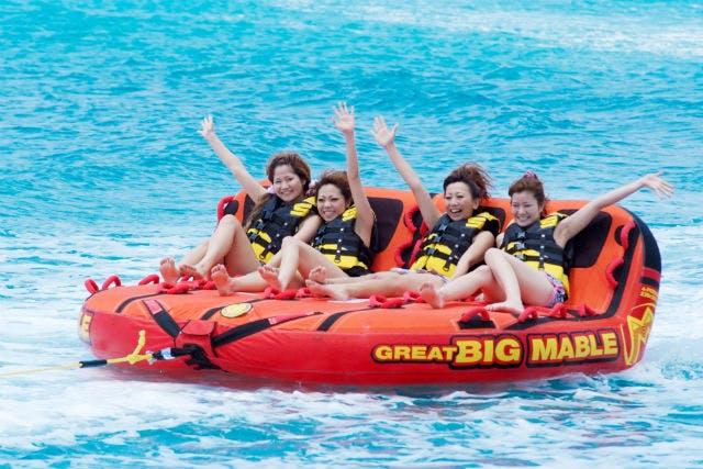 ビッグマーブルを楽しむ女性4人組