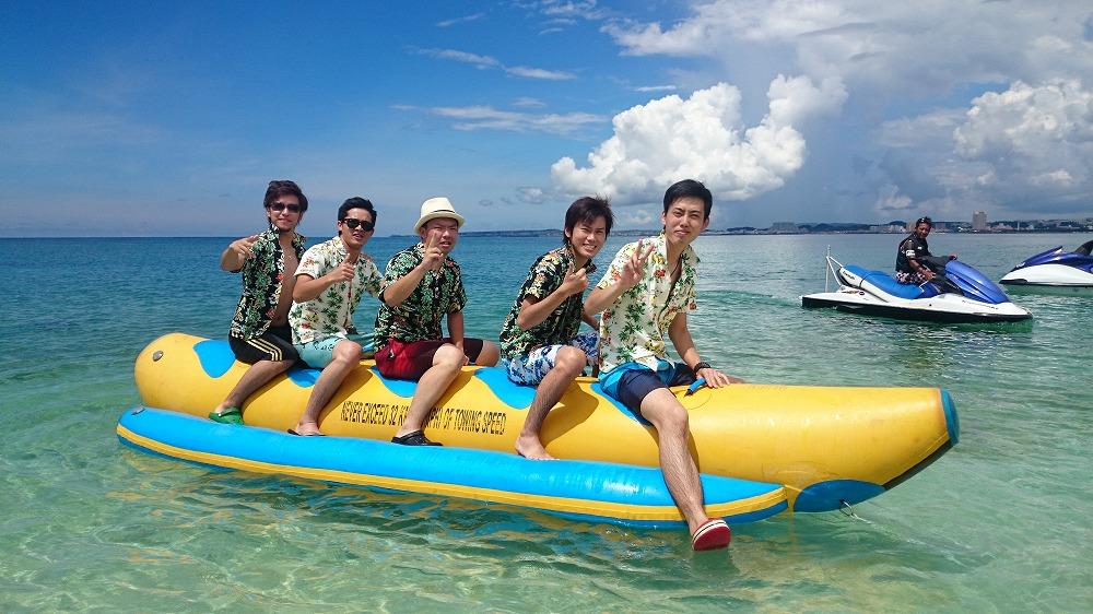バナナボートを楽しむ男子5人組