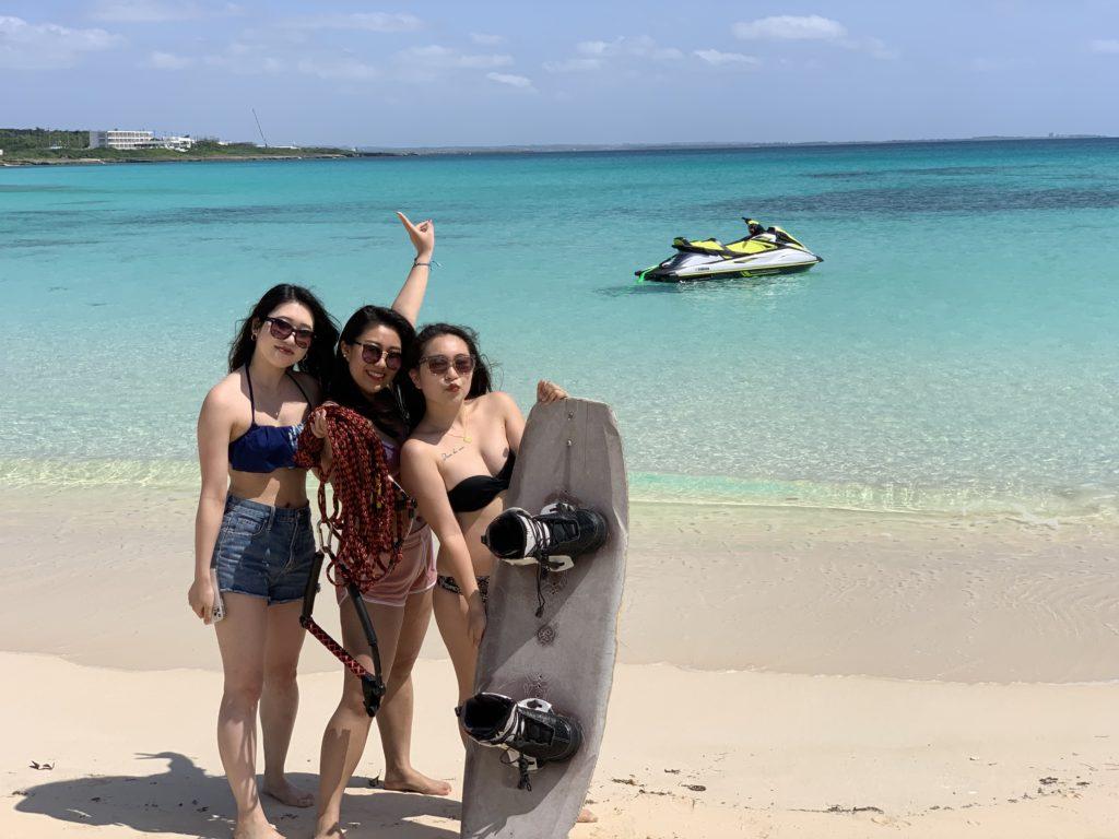渡口の浜ビーチで遊ぶ女性3人