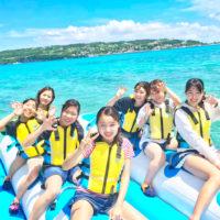 バナナボートに乗る女性7人組