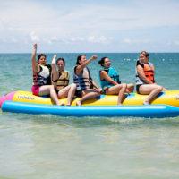 バナナボートで楽しむグループ