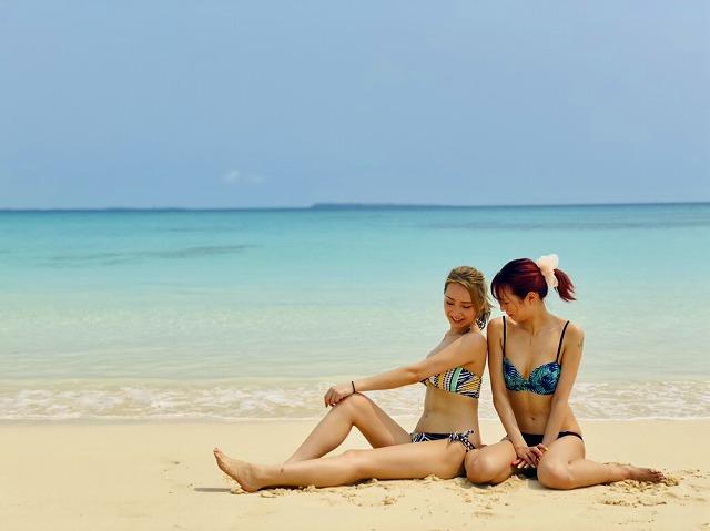 渡口の浜ビーチで座って談笑する女性2人
