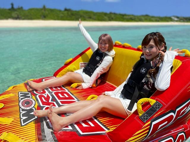 ビッグマーブルに乗る女性2人