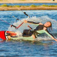 水上スキーを楽しむ男性