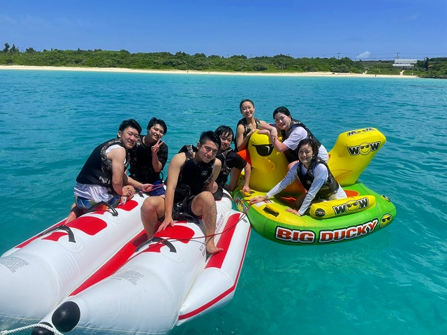 バナナボート、マーブルを楽しむ男女のグループ
